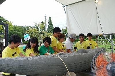 8月26日 井田先生とモニュメントについて語る学生たち
