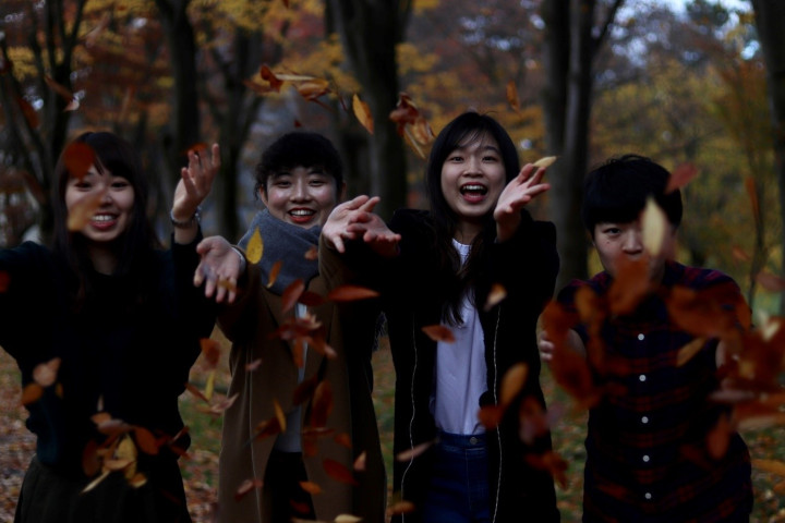 Cheng Shi Yuan National Taiwan Normal University Akita International University exchange students at Hiroyuki Park fall foliage