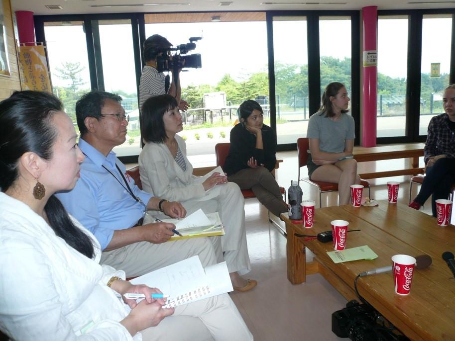 7名の留学生と秋田の動物園を語る写真