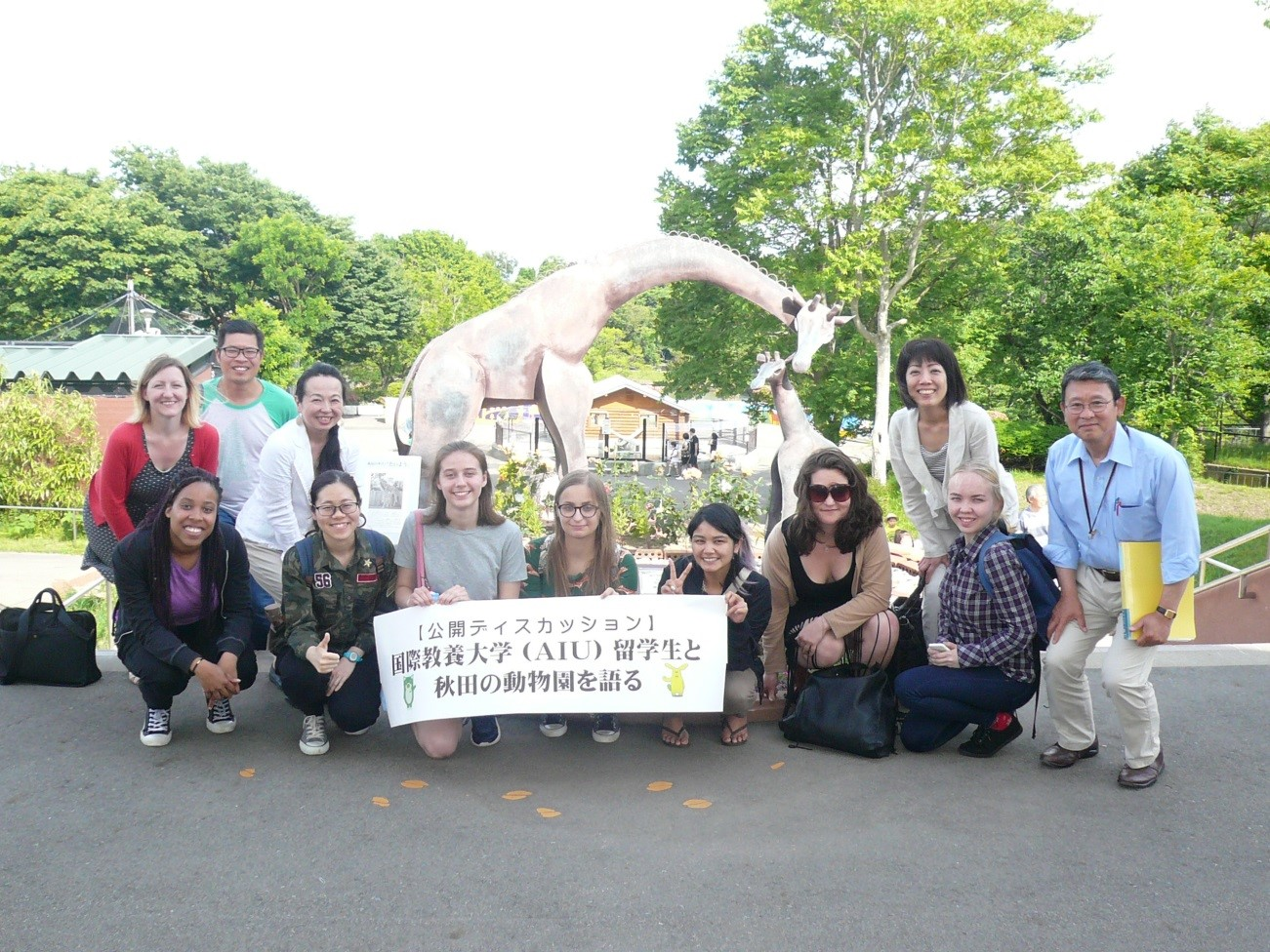 前列:留学生7名と右端が小松守園長、後列:コハン先生夫妻、千葉先生、平田先生