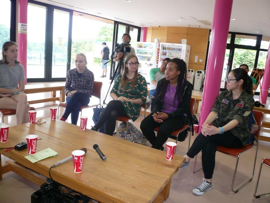 7名の留学生と秋田の動物園を語る様子