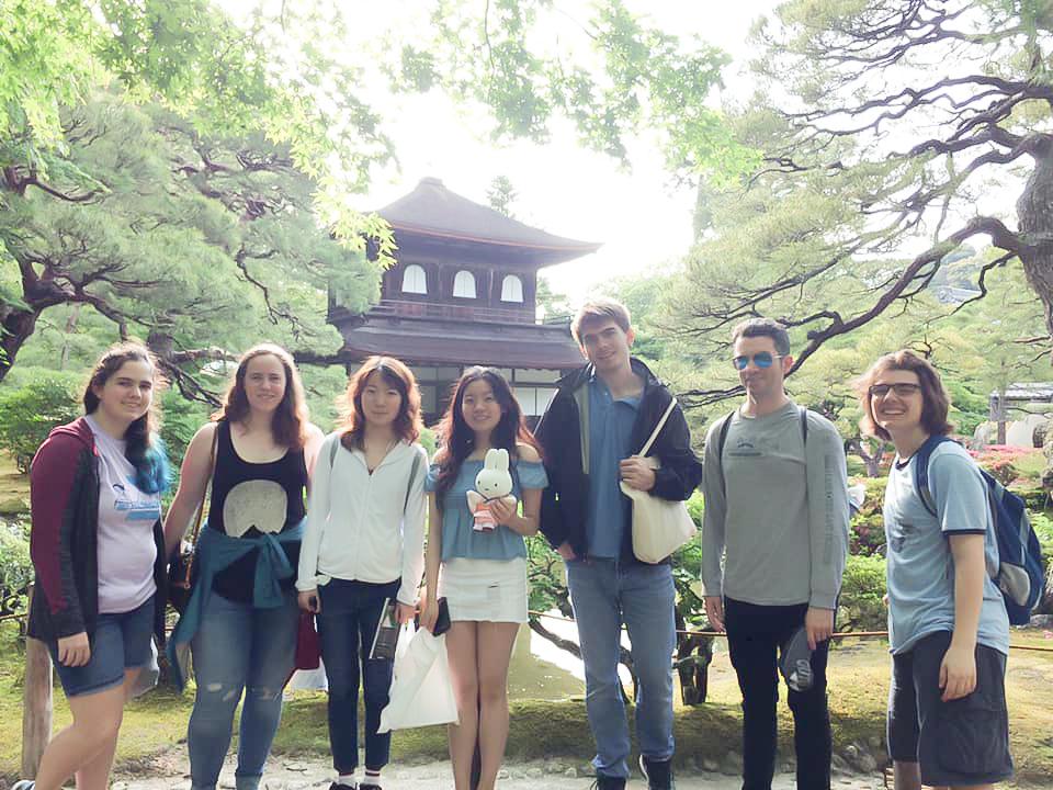 きりたんぽ作りを体験している留学生たちの写真