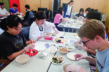 味噌玉作りをする学生の写真