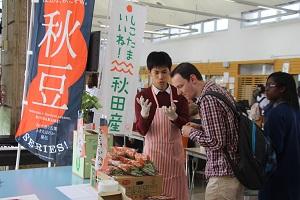 カフェテリアでの秋田県産農産物の試食会の写真