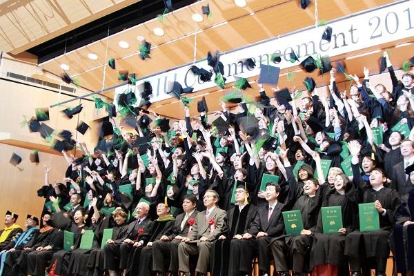卒業式で帽子を投げる写真