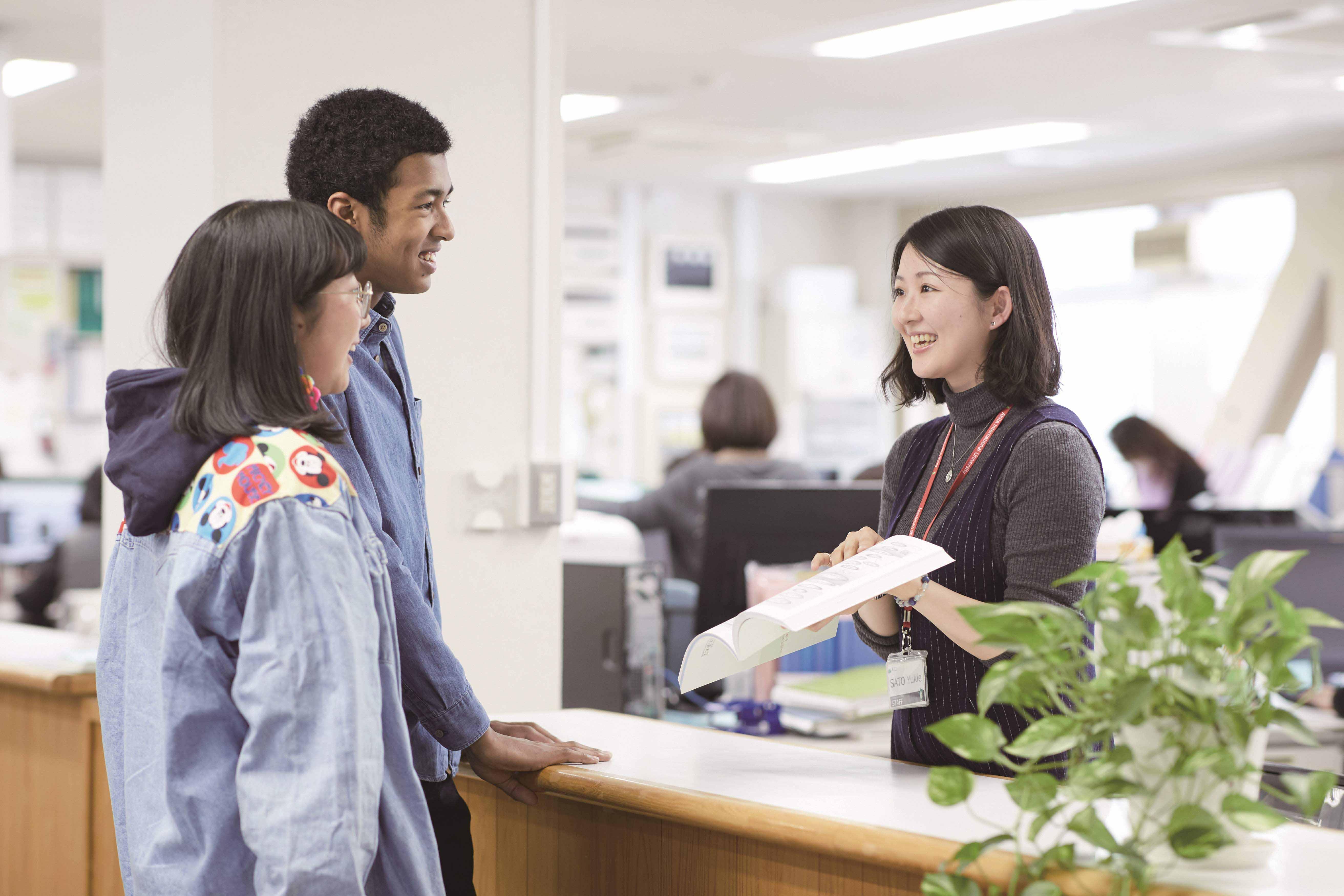 事務局内で職員に相談する学生の写真