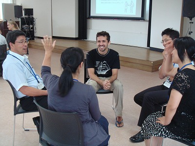 留学生との異・非言語コミュニケーション体験の様子