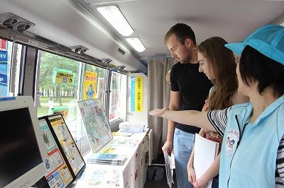 薬物乱用防止広報車内で説明を受ける留学生