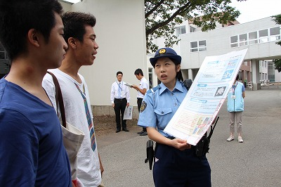 警察官から薬物の恐ろしさについて説明を受ける学生たち