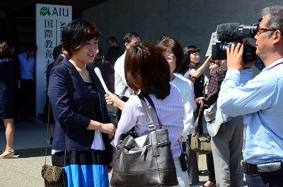 入学式後にインタビューを受ける新入生