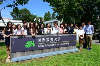 校門前で記念撮影をする留学生たち