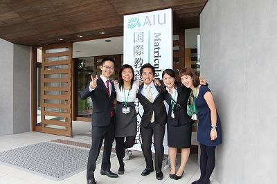 入学式前に記念撮影をする新入生たち