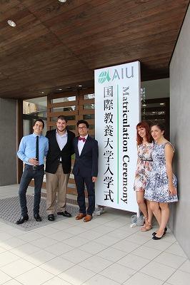 入学式前に記念撮影をする留学生たち