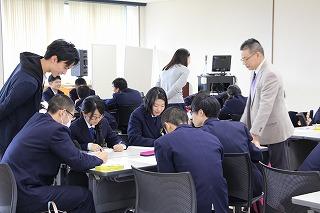 プレゼンテーションについて議論する生徒たち