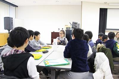 留学生が英語で自己紹介している様子