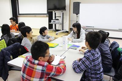 留学生に英語で質問する児童