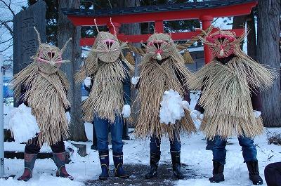 平澤神社の前で記念撮影する4人のやまはげ役