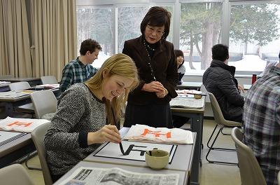 書道に取り組む留学生