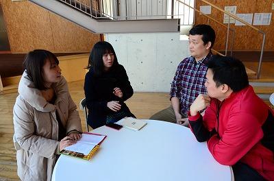 インタビューする筑波大学学生:左の2人
