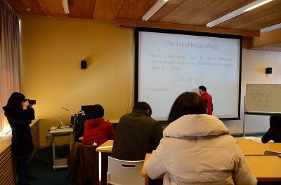 講義を撮影する筑波大学の学生記者