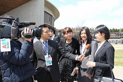 TVインタビューを受ける学生
