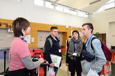 AIU生と会話する留学生