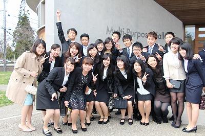 記念写真を撮る学生たち