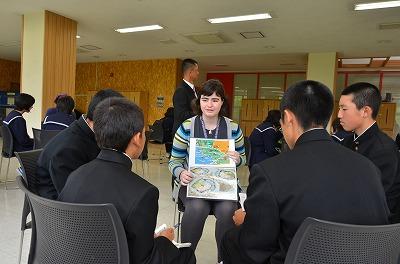 留学生と交流する生徒たち