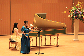 安倍慶子客員教授と楠山裕子様による祝賀曲演奏