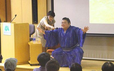 大相撲の所作のひとつである「塵上手」の様子