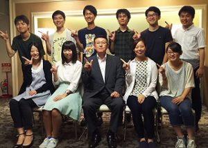 知事と記念写真(前列右2番目が大金さん、後列一番右が小林さん)