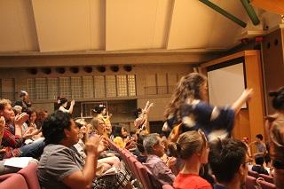 ダンスによる斬新な演出に会場は大盛り上がり