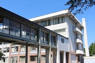 D棟からA棟2階の研究室フロアに直結しています