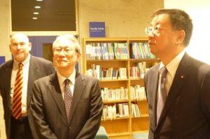 鈴木学長(中央)マッキャグ副学長(左)とともに