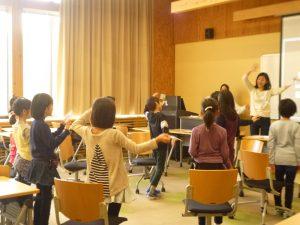 先生の英語を聞いて動いてみよう!