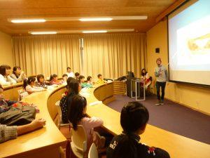 留学生が英語で自国の文化を紹介