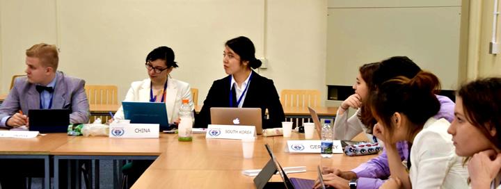 ニューカッスル大学の授業で模擬国連に参加する大鐘さん(中央)