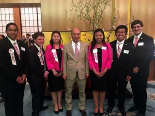 佐々江賢一郎特命全権大使の会食にて大使を囲んで、他の親善大使たちと(左端から3人目が中原さん)
