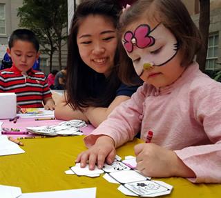 子どもたちと一緒に紙だるまづくりを行い、日本の文化を伝える