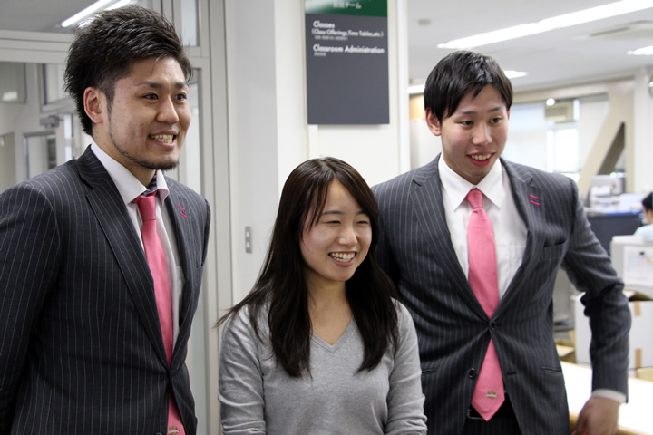 本学職員との記念撮影に笑顔で収まる田口成浩選手、中山拓哉選手
