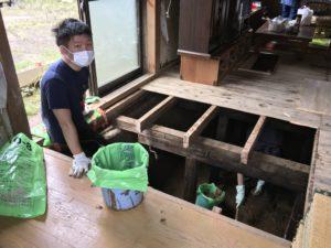 床下に溜まった泥の排出作業の様子