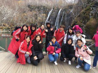現地の学生との長白瀑布観光の記念写真