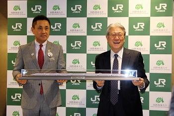 模型をもった菊地JR東日本秋田支社長と鈴木学長の写真