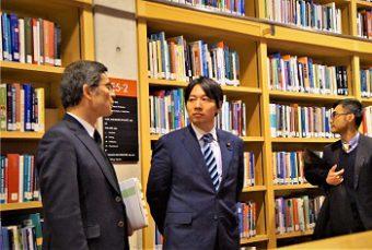 吉尾副学長と小倉政務官の写真