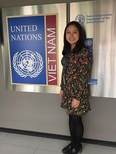 UNV事務所前での加藤さんの写真