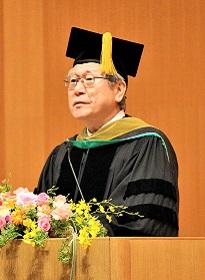 式辞を述べる鈴木学長の写真