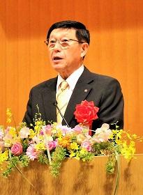 祝辞を述べる佐竹秋田県知事の写真
