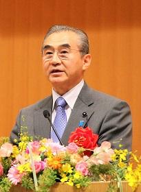 祝辞を述べる鶴田秋田県議会議長の写真