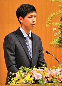 学部新入生代表 畠山さんの挨拶の写真