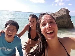 ビーチで遊ぶ齋藤さんと友人の写真